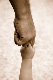 38da5-fatherholdingbabieshand